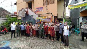 Kapolresta Malang Kota Kombes Pol Leonardus Simarmata bersama warga di RW 1, Kelurahan Sukoharjo, Klojen, Kota Malang. (Foto: Azmy/Tugu Jatim)