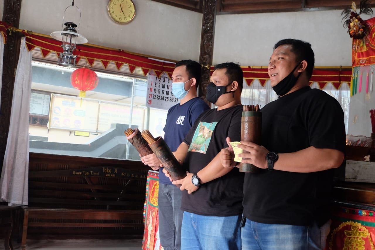 Pengunjung yang berada di Klenteng Dewi Kwan Im Gunung Kawi Kabupaten Malang. (Rap/Tugu Jatim)