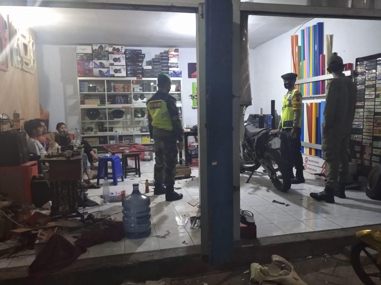 Petugas operasi penegakan disiplin terus melakukan razia agar penyebaran Covid-19 tak semakin meluas di Kabupaten Pasuruan. (Foto: Dok/Tugu Jatim)