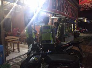 Petugas tak segan memberikan sanksi sosial kepada pelanggar prokes. (Foto: Dok/Tugu Jatim)