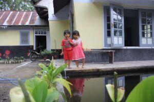 Tak banyak anak-anak yang bisa bermain di Kampung Damarwulan karena kebanyakan sudah pindah ke lokasi lain yang teraliri listrik. (Foto: Noe/Tugu Jatim)
