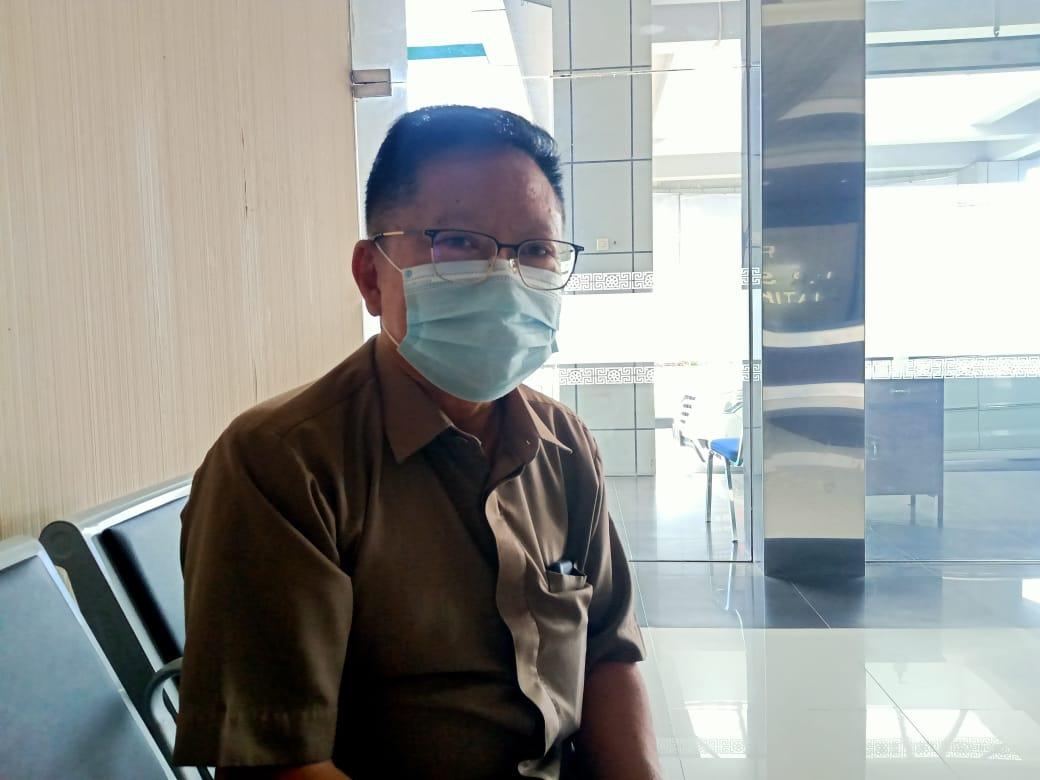 Humas RSUD Dr R. Sosodoro Djatikoesoemo Bojonegoro Drg Thomas Djaja saat memberikan keterangan mengenai pasien Covid-19 yang meninggal dunia selang 3 hari melarikan diri dari RS. (Foto: Mila Arinda/Tugu Jatim)