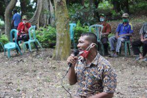 Kepala Dusun Mangkung, Desa Ngino, Kecamatan Semanding, Kabupaten Tuban, Anwar saat menyampaikan keluhan keterbatasan listrik yang dialami warganya. (Foto: Staf DPR RI Komisi VII/Tugu Jatim)