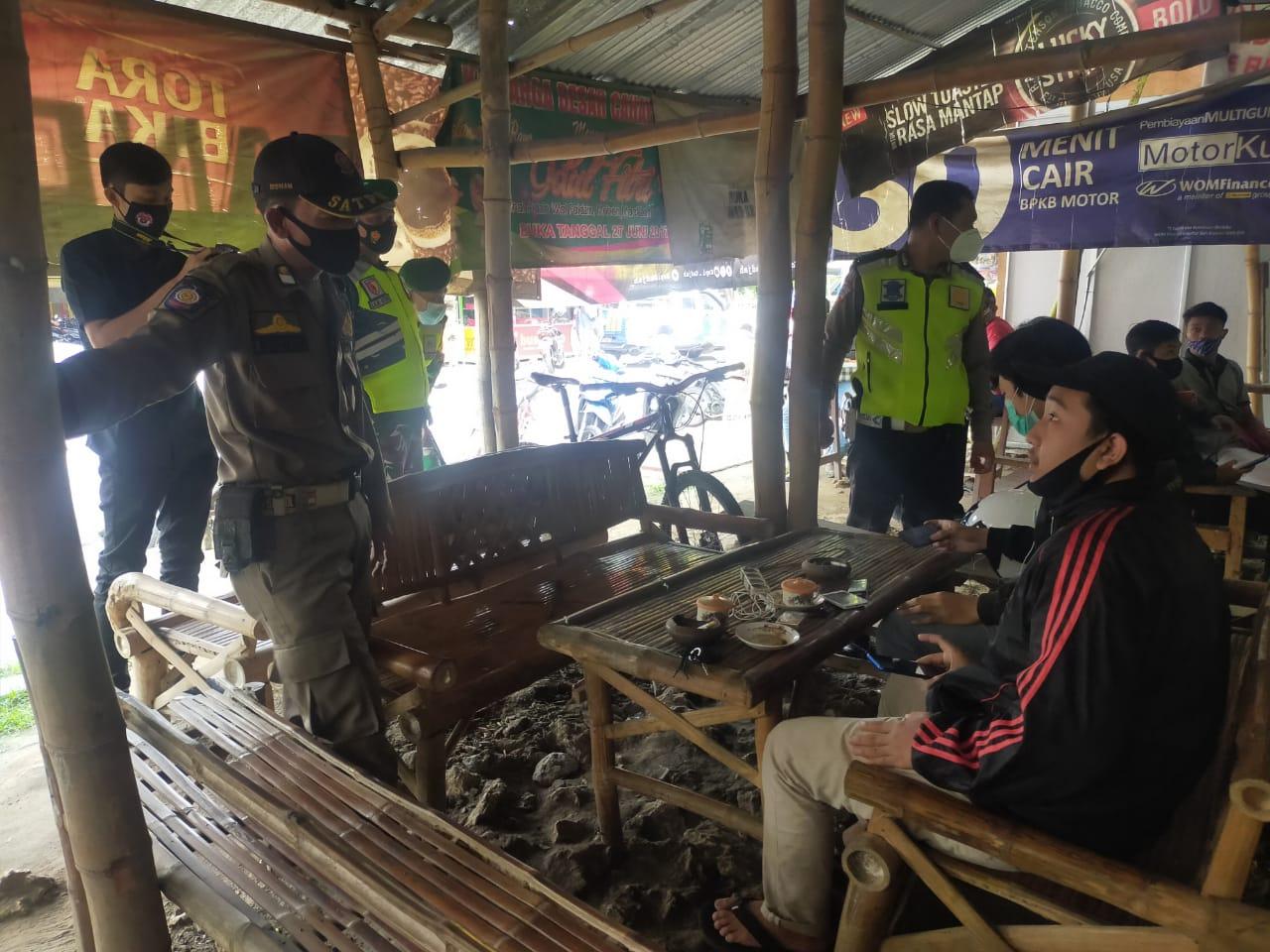 Petugas gabungan di Bojonegoro menindak masyarakat yang melanggar prokes. (Foto: Mila Arinda/Tugu Jatim)