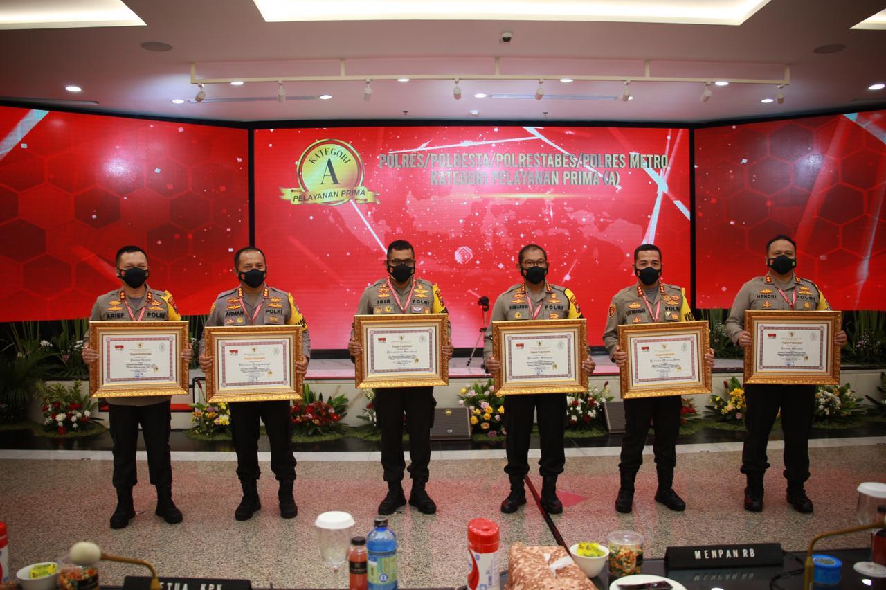 Kapolres Malang AKBP Hendri Umar menerima penghargaan untuk Polres Malang sebagai Pelayan Publik Terbaik Kategori Pelayanan Prima. (Foto: Humas Polres Malang/Tugu Jatim)