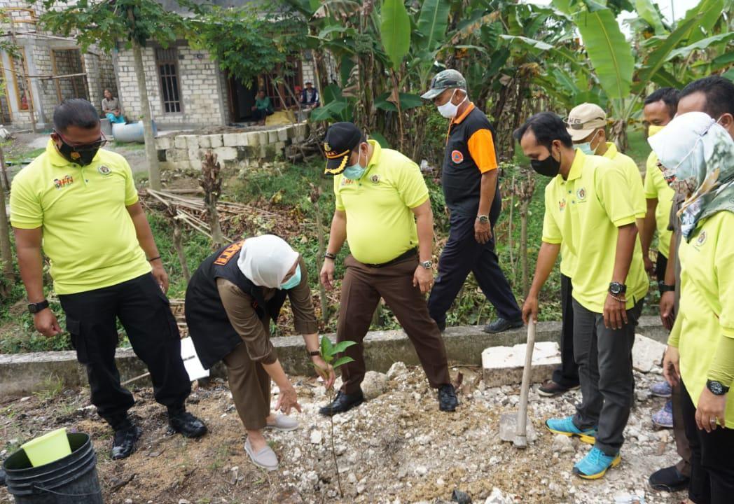Bupati Bojonegoro bersama jajarannya dan PWI melakukan penanaman pohon di sepanjang Jalan Desa Semanding, Kecamatan Bojonegoro, Kabupaten Bojonegoro, saat Hari Pers Nasional. (Foto: Mila Arinda/Tugu Jatim)