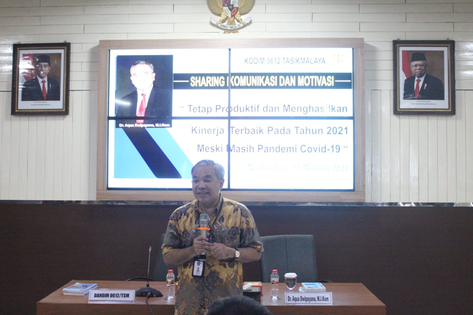 Pakar Komunikasi dan Motivator Nasional Dr Aqua Dwipayana saat memberikan materi kepada peserta Sharing Komunikasi dan Motivasi di Tasikmalaya, Jawa Barat. (Foto:Dok/Tugu Jatim)