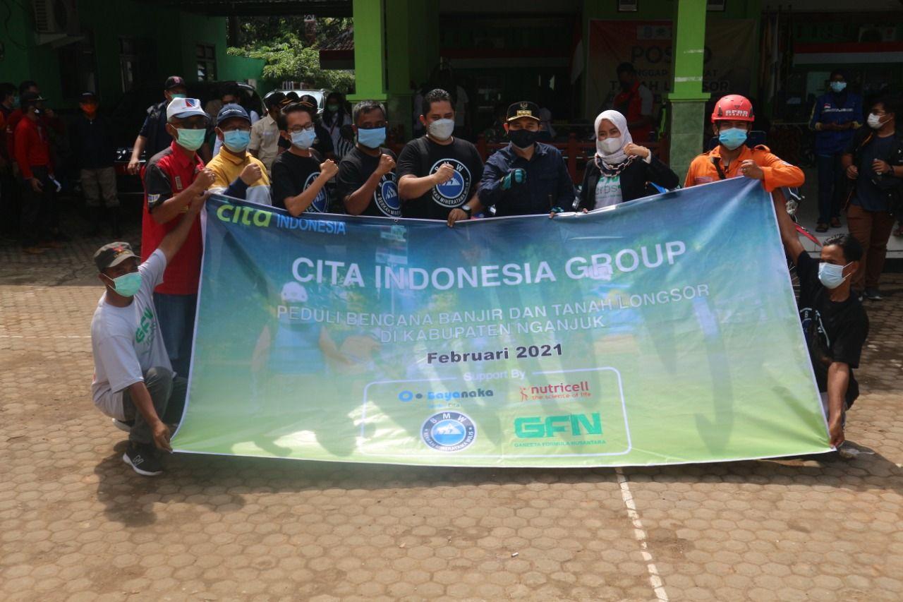 Cita Indonesia Group foto bersama Bupati Nganjuk Novi Rahman Hidayat saat menyalurkan bantuan untuk warga di Nganjuk yang terdampak bencana alam longsor. (Foto:Dok/Tugu Jatim)