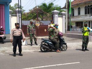 Tak pernah letih, operasi gabungan yang dilakukan Babinsa Rembang Pasuruan untuk memutus penyebaran Covid-19. (Foto: Dok/Tugu Jatim)
