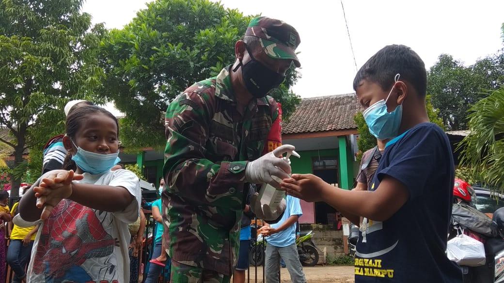 Meski berada di tempat pengungsian, warga Nganjuk yang terdampak bencana tanah longsor tetap menjalankan protokol kesehatan. (Foto: Dok/Tugu Jatim)