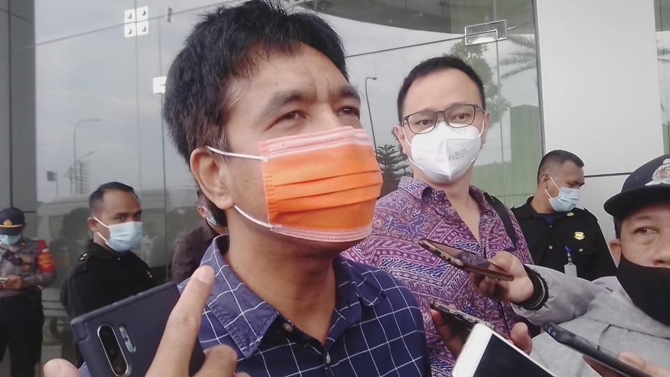 Anggota Komisi A DPRD Kota Surabaya Imam Syafi'i ketika diwawancara soal operasional RS Siloam di depan City of Tomorrow (Cito) Mall Surabaya, Rabu (17/02/2021). (Foto: Rangga Aji/Tugu Jatim)