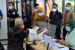 Bupati Malang Terpilih Muhammad Sanusi saat screening sebelum melaksanakan vaksinasi tahap kedua. (Foto:Rap/Tugu Jatim)