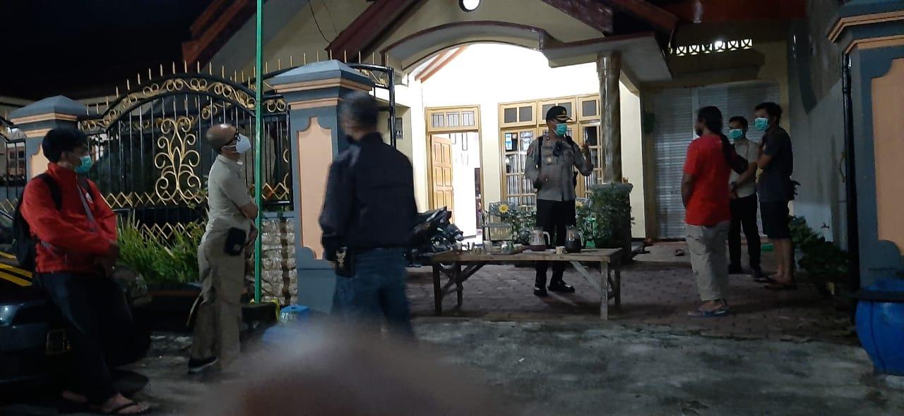 Petugas Polsek Kedungkandang saat oleh TKP kasus maling yang nyamar jadi petugas RS. (Foto: Polsek Kedungkandang/Tugu Jatim)
