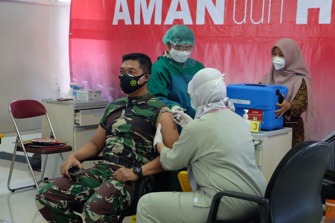 Dandim 0818 Kabupaten Malang-Kota Batu Letkol Inf Yusub Dody Sandra saat vaksinasi. (Foto: Rap/Tugu Jatim)