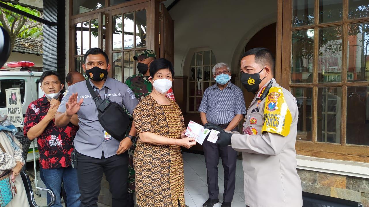 Kapolresta Malang Kota Kombes Pol Leonardus Simarmata mendatangi RSIA Mawar Kamis (18/02/2021). (Foto: Azmy/Tugu Jatim)