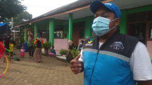 Fasilitator LDP Kemensos Umar Faqieh saat diwawancarai soal mengatasi trauma anak-anak yang terdampak bencana longsor di Nganjuk. (Foto: Noe/Tugu Jatim)