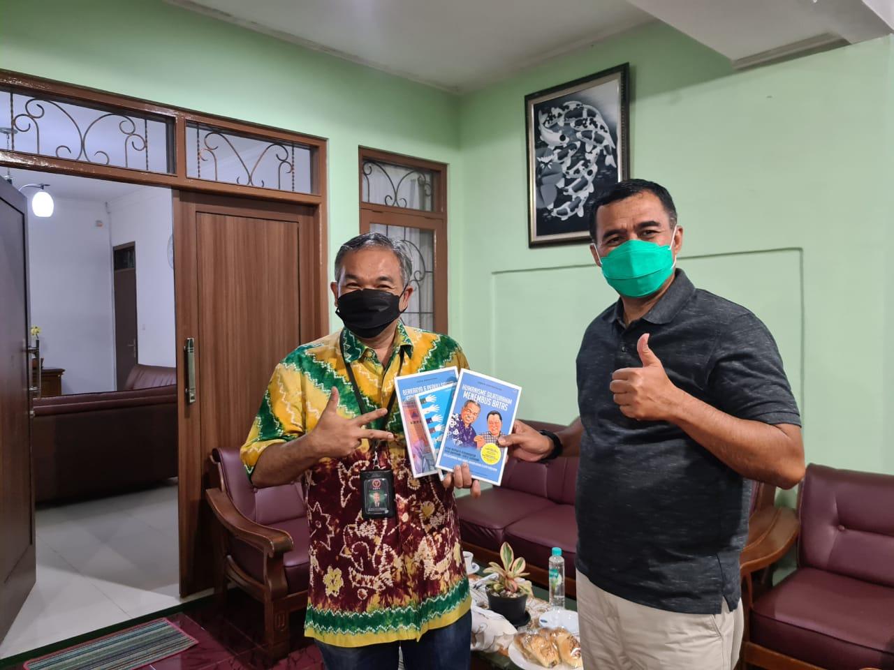 Pakar Komunikasi dan Motivator Nasional Dr Aqua Dwipayana memberikan buku trilogi karyanya kepada Komandan Sekolah Calon Perwira Angkatan Darat (Secapa AD) Bandung Mayjen TNI Ferry Zein. (Foto:Dok/Tugu Jatim)