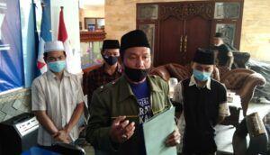 Kader Barikade Gus Dur yang tak menerima pernyataan kader Partai Demokrat soal makam Gus Dur. (Foto: Barikade Gus Dur/Tugu Jatim)
