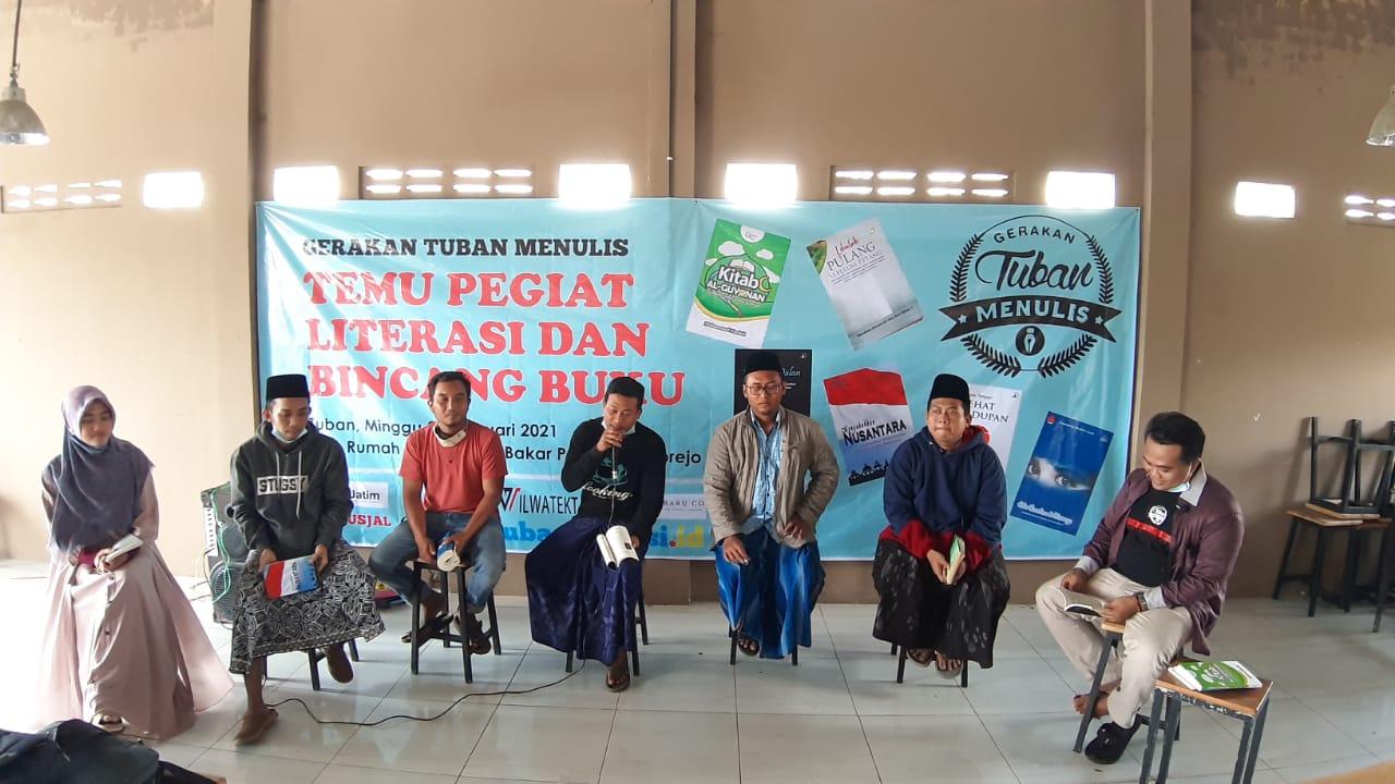 Gerakan Tuban Menulis (GTM) menggelar melek literasi di kalangan pemuda-pemudi di Tuban. (Foto: Rochim/Tugu Jatim)