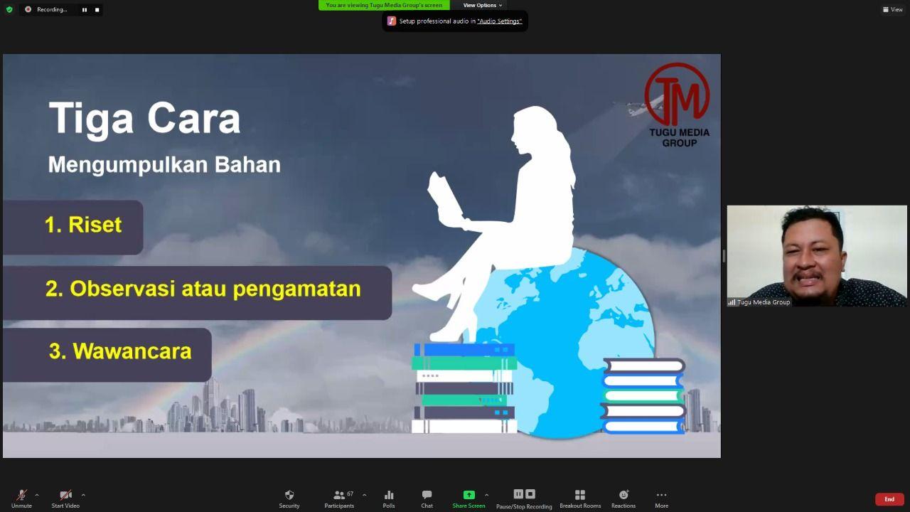 "CEO Tugu Media Group Irham Thoriq mengisi materi mengenai ""Pengenalan Jurnalistik, Teknik Dasar Wawancara, dan Menggali Data di Lapangan"" pada Senin (22/02/2021). (Foto: Tugu Media Group/Tugu Jatim)"