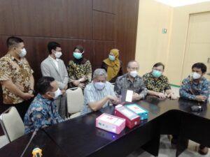 Akademisi dari Institut Teknologi Sepuluh Nopember (ITS) Surabaya Prof Drs Ec Ir Riyanarto Sarno MSc PhD saat proses penyerahan alat deteksi Covid-19 ke Rumah Sakit Islam (RSI) Jemursari Surabaya. (Foto: Rangga Aji/Tugu Jatim)