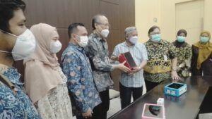 """Penyerahan Alat Screening Covid-19 """"i-nose c-19"""" pada RSI Jemursari Surabaya"""