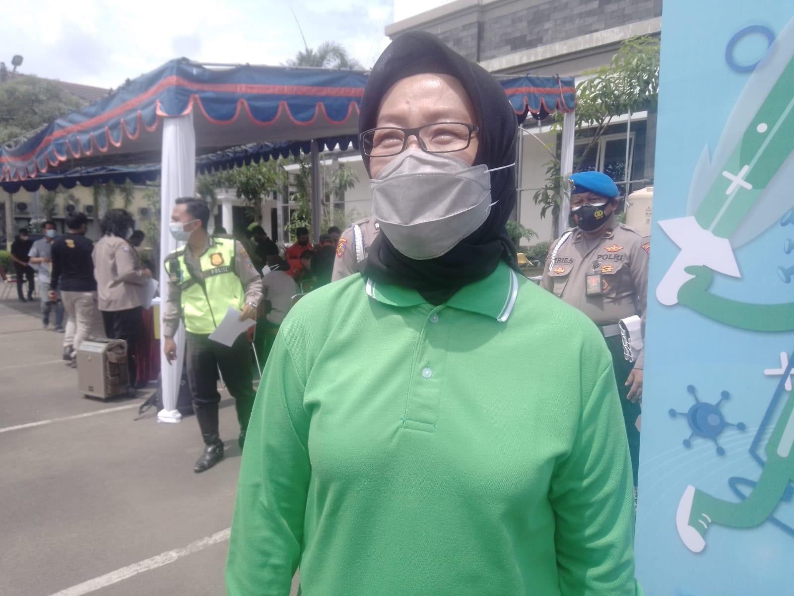 Kadinkes Surabaya Febria Rachmanita ketika menjelaskan proses vaksinasi di Mapolres Surabaya, Selasa (23/02/2021). (Foto: Rangga Aji/Tugu Jatim)