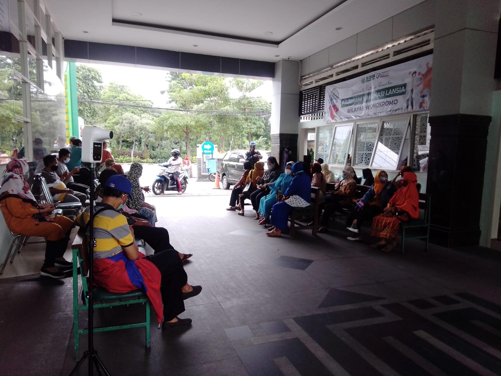 Rumah Sakit Islam (RSI) Ahmad Yani Surabaya sedang melaksanakan vaksinasi untuk lansia Selasa (23/02/2021). (Foto: Rangga Aji/Tugu Jatim)