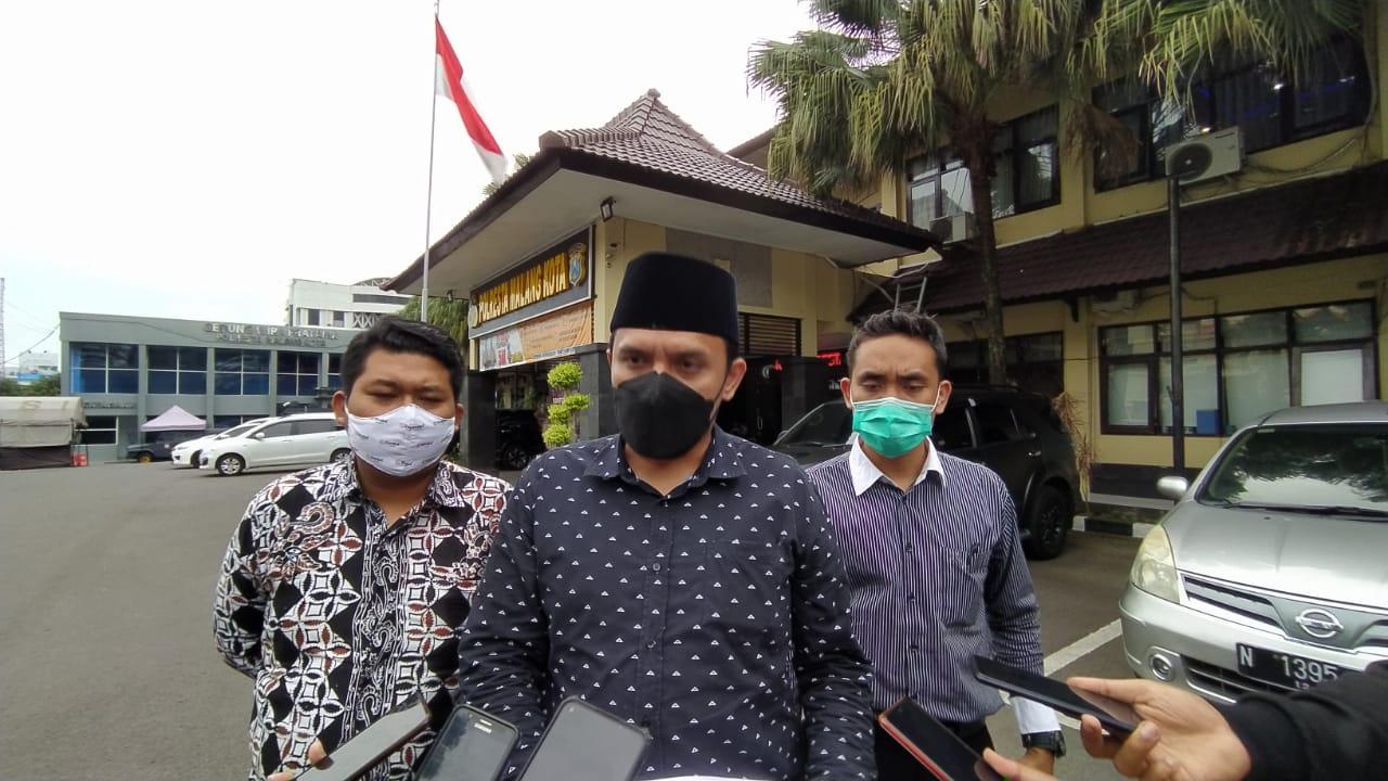 Tim BBHAR DPC PDIP Kota Malang usai melaporkan dugaan kasus penipuan menggunakan akun Facebook yang mengatasnamakan ketua DPC PDIP Kota Malang pada Selasa (23/02/2021). (Foto: Azmy/Tugu Jatim)