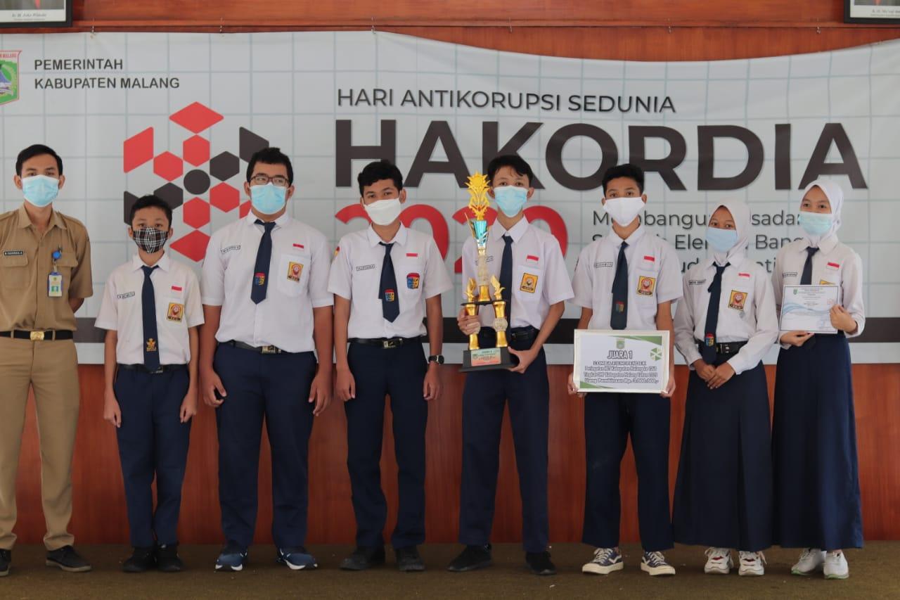 Siswa SMPN 4 Kepanjen yang meraih juara 1 di ajang film pendek yang digelar oleh Dinas Pendidikan Kabupaten Malang dalam rangka HUT ke-1260 Kabupaten Malang didampingi guru pembimbing. (Foto: Dok/Tugu Jatim)
