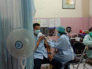 Vaksinasi tahap kedua yang diberikan kepada petugas pelayanan publik di Kota Malang. (Foto:Azmy/Tugu Jatim)
