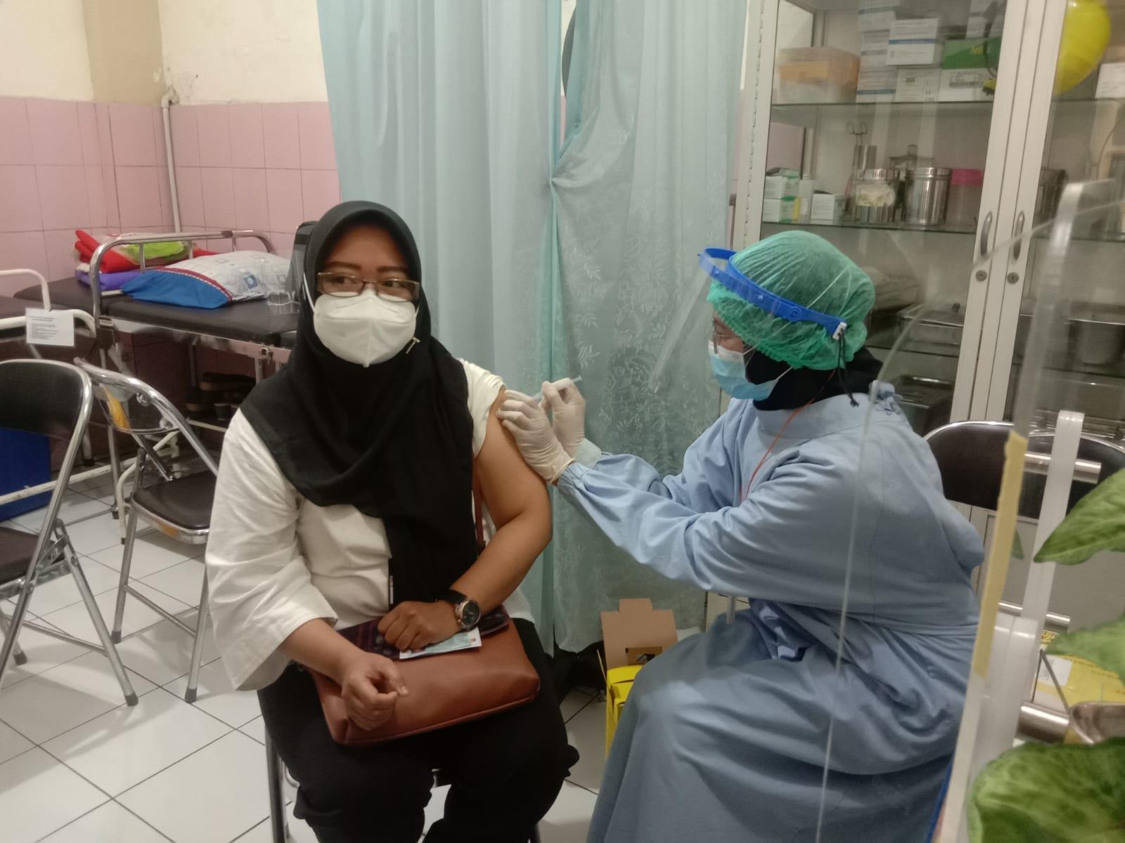 Vaksinasi tahap kedua yang diberikan kepada ASN di Kota Malang. (Foto:Azmy/Tugu Jatim)