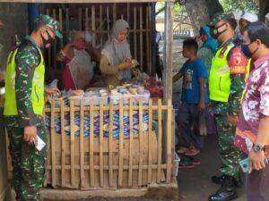 Komandan Korem (Danrem) 083/BDJ Kolonel Inf Irwan Subekti saat mengecek Kampung Tangguh di Pasuruan. (Foto: Dok/Tugu Jatim)