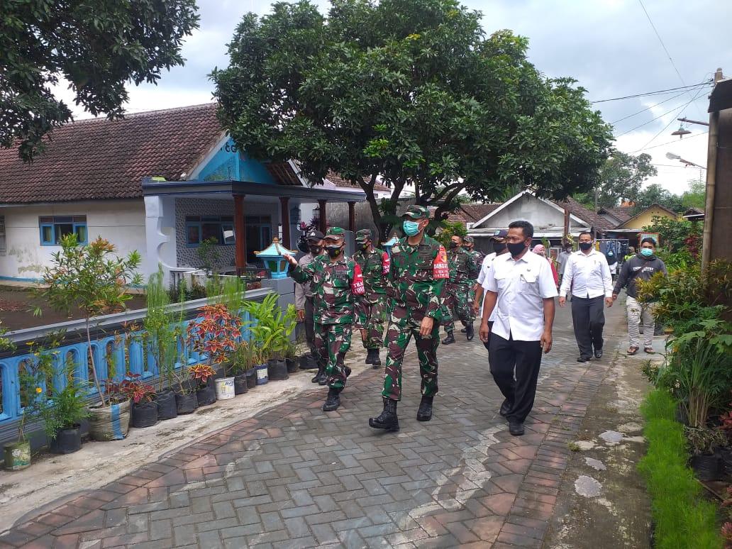 Komandan Korem (Danrem) 083/BDJ Kolonel Inf Irwan Subekti saat mengecek persiapan PPKM mikro di Pasuruan. (Foto: Dok/Tugu Jatim)