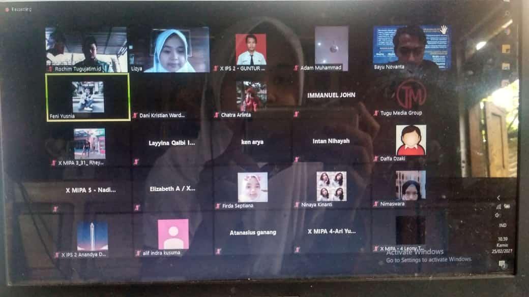 """Pemimpin Redaksi (Pemred) Tugu Malang ID Lizya Oktavia saat menyampaikan materi di event """"Goes to School 2021"""". (Foto: Tugu Media Group/Tugu Jatim)"""