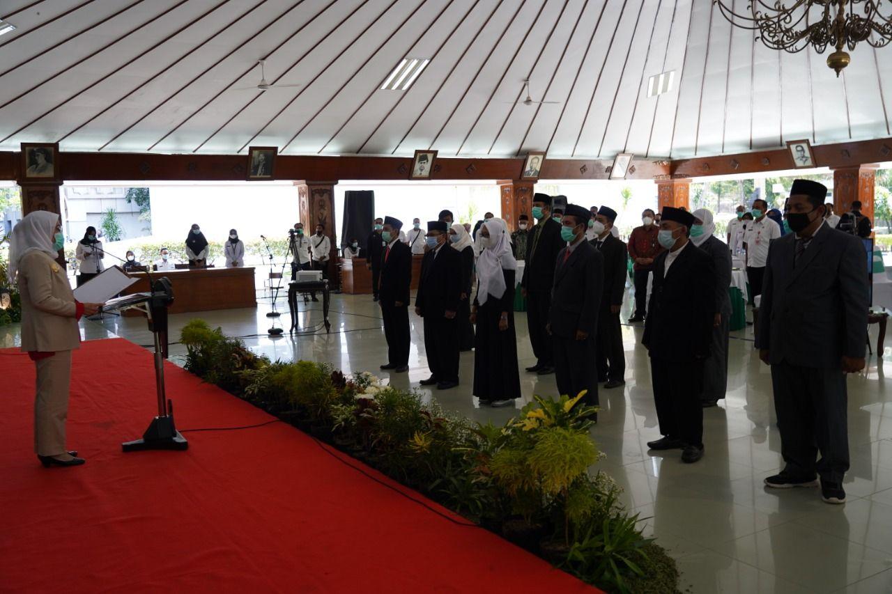 Bupati Bojonegoro Anna Muawanah mengukuhkan 16 Pengurus Dewan Pendidikan periode 2021-2025. (Foto: Mila Arinda/Tugu Jatim)