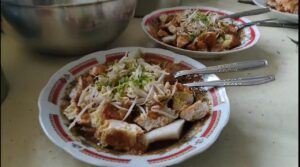 Tak pernah sepi pengunjung, kudapan Tahu Lontong Lonceng bikin kangen. (Foto: Feni Yusnia/Tugu Jatim)