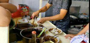 Tahu Lontong Lonceng yang tetap eksis hingga 86 tahun karena memakai resep nenek moyang. (Foto: Feni Yusnia/Tugu Jatim)
