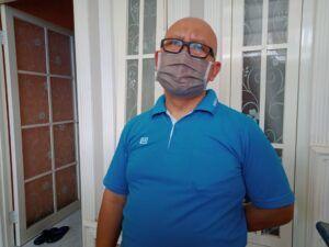 Ketua RT 02, RW 14, Heran Subagio memberikan keterangan soal warganya yang ditangkap Densus 88 karena diduga sebagai teroris. (Foto: Rap/Tugu Jatim)
