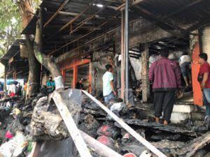 Sisa kebakaran setelah petugas memadamkan di toko helm, dekat Stasiun Kota Baru Malang. (Foto: UPT Damkar Kota Malang/Tugu Jatim)
