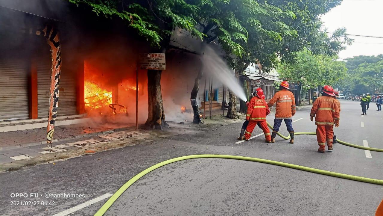 Petugas pemadam kebakaran saat memadamkan api di toko helm, dekat Stasiun Kota Baru Malang. (Foto: UPT Damkar Kota Malang/Tugu Jatim)
