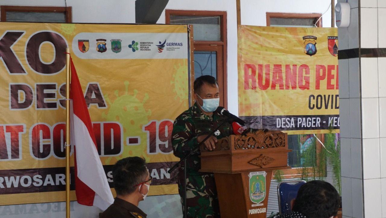 Kepala Staf Komando Daerah Militer V/Brawijaya (Kasdam) Brigjen TNI Agus Setiawan SE saat memberikan sambutan ketika mengunjungi posko PPKM mikro. (Foto: Dok/Tugu Jatim)