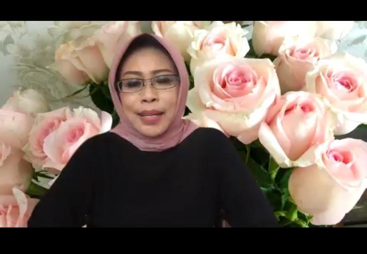 """Istri Wali Kota Pasuruan Fatma Saifullah Yusuf menjadi pembicara di Pandemi Talk bertajuk """"Berbagi Pengalaman dan Dialog dengan Para Penyintas Covid-19"""" yang diadakan oleh Humas Unesa pada Sabtu siang (27/02/2021). (Foto: Dok Unesa/Tugu Jatim)"""