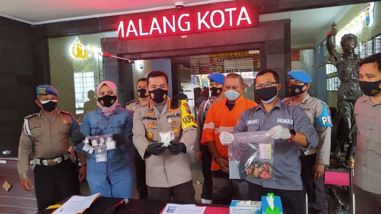 Kapolresta Malang Kota Kombes Pol Leonardus Simarmata saat konferensi pers soal kasus kurir sabu di Malang, Sabtu (27/02/2021). (Foto: Azmy/Tugu Jatim)