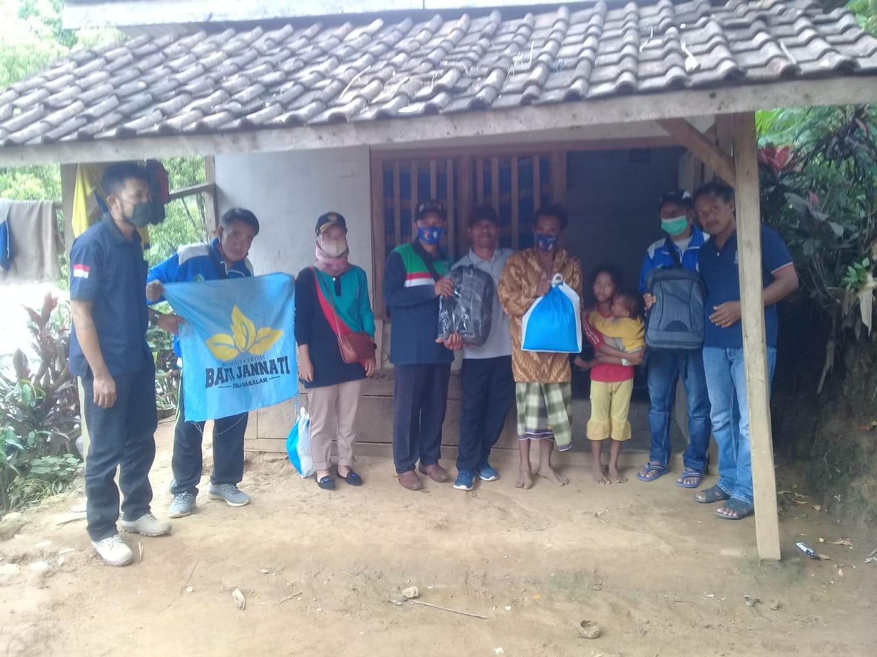 Yayasan Baitijannati bekerja sama dengan Karang Taruna Bowele, Kabupaten Malang, menyerahkan donasi kepada anak yatim dan dhuafa. (Foto: Rap/Tugu Jatim)