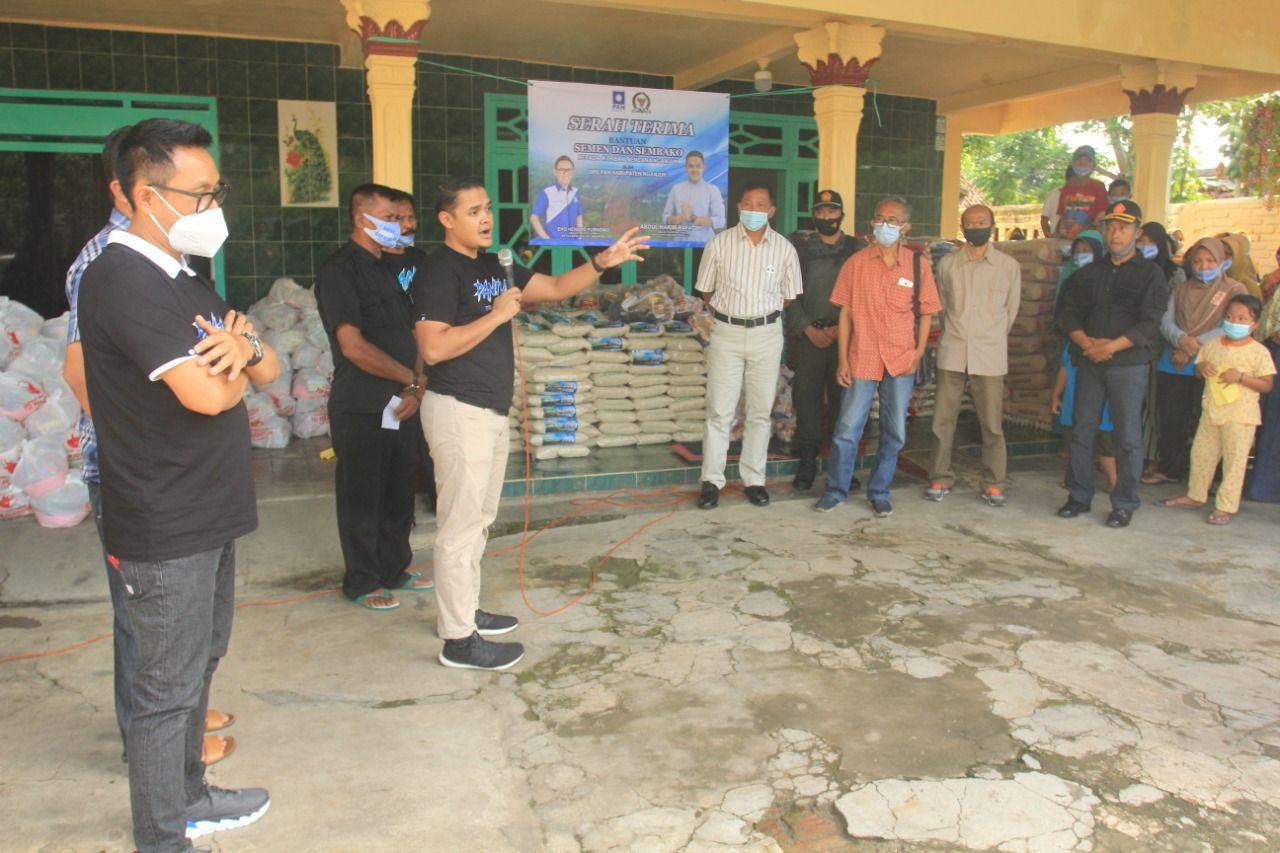 Ketua terpilih DPD PAN Nganjuk Abdul Hakim Bafagih atau Mas Hakim menggandeng Eko Patrio untuk menyalurkan bantuan kepada warga terdampak banjir dan longsor di Kabupaten Nganjuk. (Foto: Dok/Tugu Jatim)