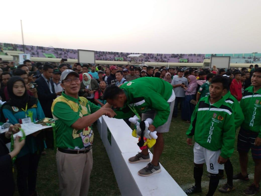 Bupati Tuban H. Fathul Huda menyerahkan medali emas kepada atlet sepak bola Porprov VI Jatim 2019 yang sukses menundukkan Kabupaten Sidoarjo 2-1. (Foto: Rochim/Tugu Jatim)