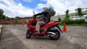 Saat pengunjung menjajal Honda PCX160 di Matos, Minggu (28/02/2021). (Foto: Azmy/Tugu Jatim)