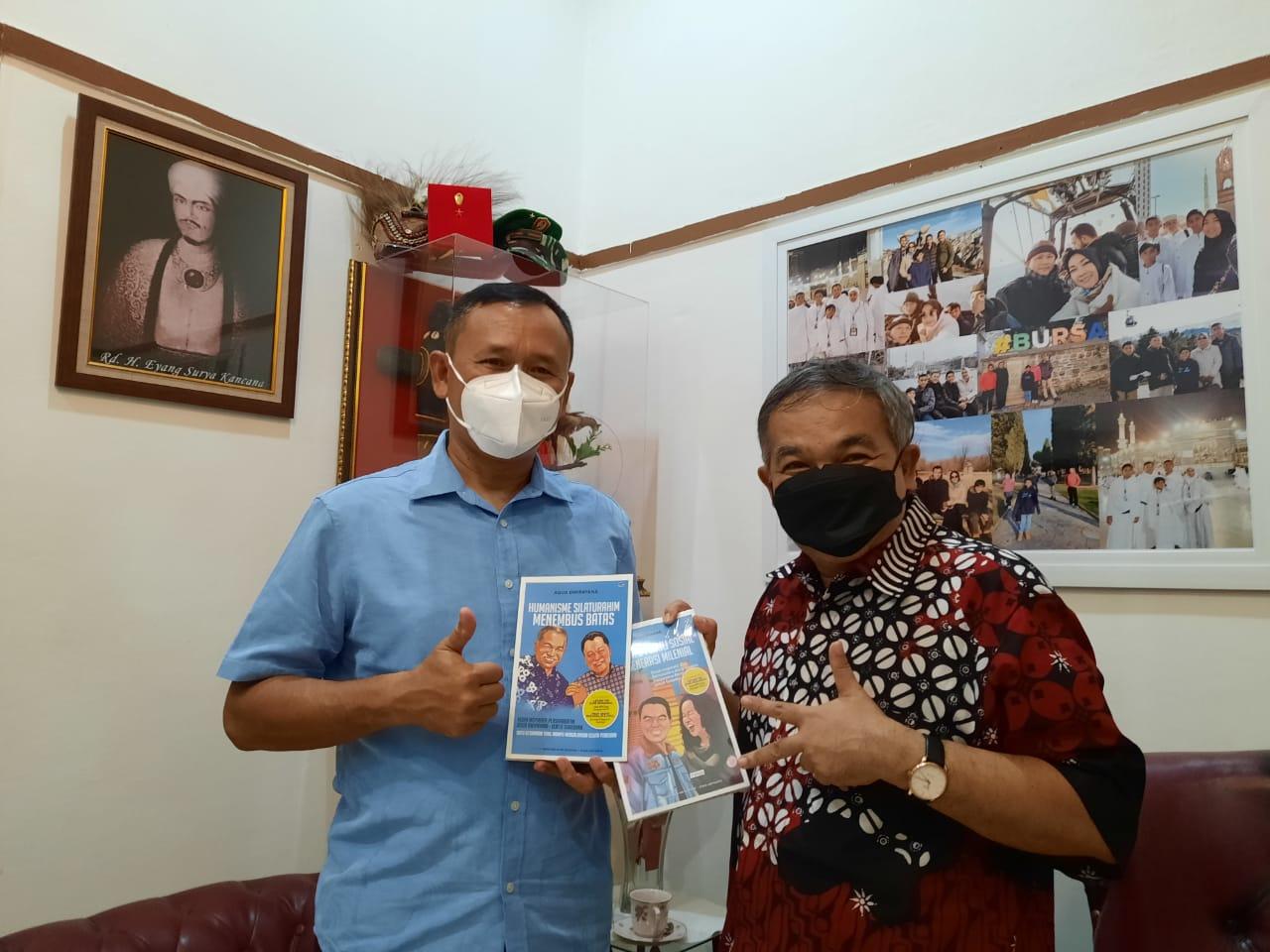 Pakar Komunikasi dan Motivator Nasional Dr Aqua Dwipayana memberikan buku karyanya kepada Danrem 061/Surya Kancana Bogor, Jawa Barat, Brigjen TNI Achmad Fauzi. (Foto: Dok/Tugu Jatim)