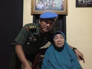 Danrem 061/Surya Kancana Bogor, Jawa Barat, Brigjen TNI Achmad Fauzi bersama (almarhumah) ibundanya. (Foto: Dok/Tugu Jatim)